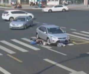 【動画】交差点でスクーターに乗る70歳おばあちゃんが車に轢かれ下敷きになってしまう