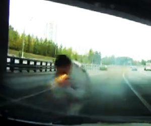 【動画】ロードレイジで車から降り相手の車に向かって行く男性がフレアガンを撃たれる衝撃映像