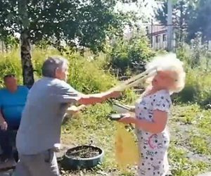 【動画】路上でおじいさんが松葉杖でおばあさんの顔面を突く衝撃映像