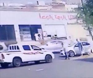【動画】ロードレイジで車を蹴られ怒ったドライバーが恐ろしい行動に出る