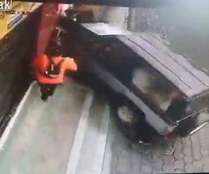 【動画】ジープが歩道にいる女性にゆっくり突っ込んで来る衝撃映像