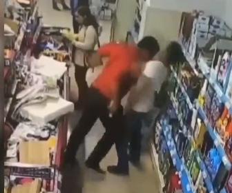 【動画】店内で男性に背中を軽く押された男が怒り衝撃の行動に出る