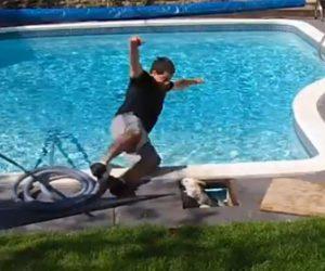 【動画】プールを掃除する男性。排水溝の蓋を開けると…
