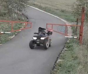 【動画】母親と2人の子供が乗る四輪バギーが猛スピードでゲートに激突してしまう衝撃映像