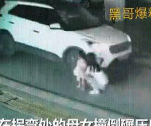 【動画】右折するSUV車が母と娘を2度轢いてしまう衝撃事故映像