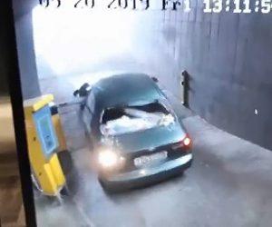 【動画】駐車場から出る車がゲートバーに引っかかり衝撃の行動に出る