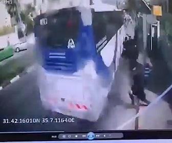 【動画】バスが街路樹をなぎ倒し停車しているバスに突っ込んでしまう衝撃事故映像