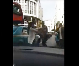 【動画】タクシードライバーと女が口論になり女がタクシーのリアガラスを殴って破壊する