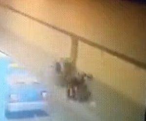 【動画】走行中のトラックからは外れたタイヤがスクーター運転手に2度直撃する衝撃事故映像
