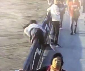 【動画】彼氏にフラれた女性が橋から携帯電話を川に投げ衝撃の行動