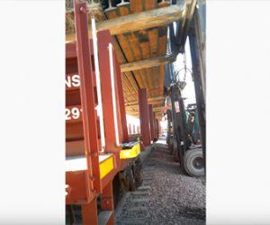 【動画】列車から重い荷物をフォークリフト3台で降ろそうとするが…
