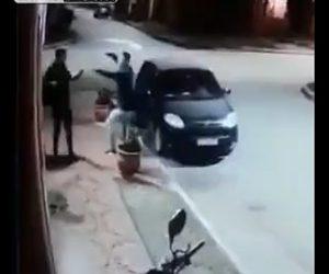 【動画】バイクに乗った強盗が男性を襲うがまさかの展開