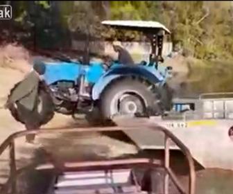 【動画】トラクターを船から降ろそうとするが失敗し…