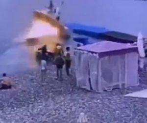 【動画】ボートが桟橋に着けようとするが突然爆発炎上してしまう衝撃映像