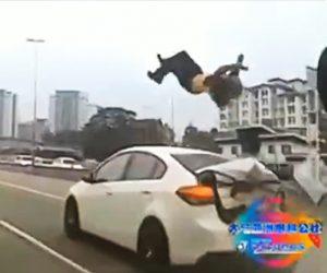 【動画】車線変更した車に猛スピードのバイクが後ろから突っ込みライダーが…