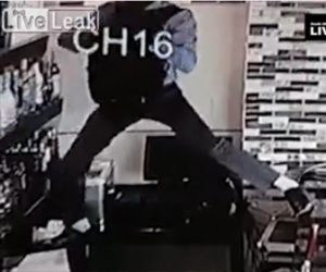 【動画】男がバーでボトルを盗み出す方法が大胆過ぎる衝撃映像