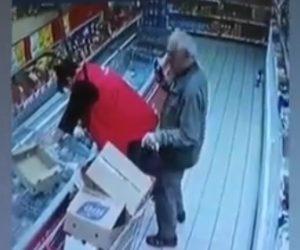 【動画】店内で商品を選ぶ女性の後ろで腰を振るおじいさんがヤバい