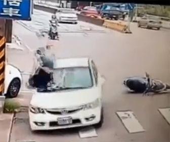【動画】車にぶつかりそうになったスクーター運転手が必死に逃げるが車が逃げた方向にハンドルを切り…