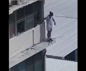 【動画】ビルから飛び降りようとする男を窓から必死に助けようとするが…