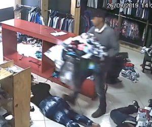 【動画】強盗が店に押し入り大量の服を盗んでいく衝撃映像