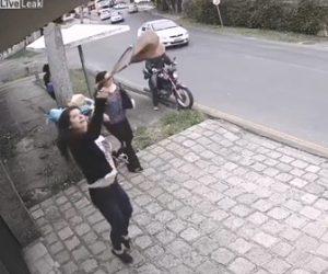 【動画】バイクに乗って強盗が現れるが女性達3人の対応が凄い!