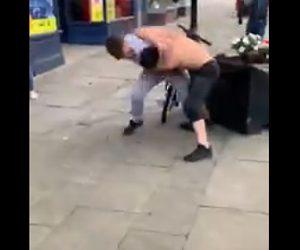 【動画】男2人が激しいストリートファイト。上半身裸の男が詰め寄るが…衝撃の結末