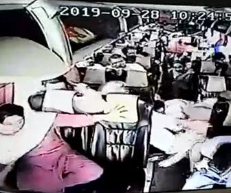 【動画】高速道路で猛スピードのバスが横転。車載カメラ映像が凄い。