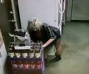【動画】酔っぱらった女性が店のバックヤードで漏らしてしまい従業員の服で床を拭く衝撃映像