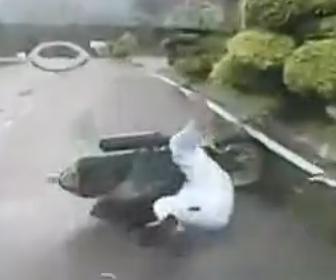 【動画】女性がレインコートを着てスクーターに乗るがレインコートが絡まり突然転倒してしまう