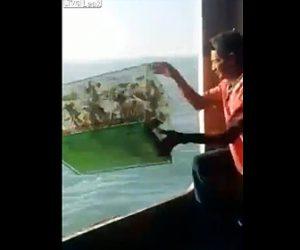 【動画】密輸で逮捕されるのを避けるためニシキヘビや鳥、トカゲを海に捨てる男