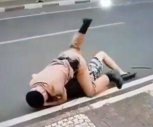 【動画】警察官の柔術の技術が凄い。必死に暴れる男を後ろから押さえ込み取り押さえる衝撃映像