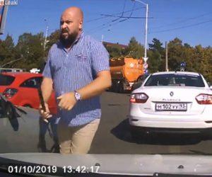 【動画】ロードレイジで相手の運転手が鞭を持って向かって来るが…