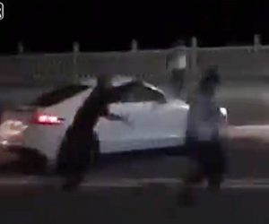 【動画】ロードレイジで2人の運転手が殴り合いになり…衝撃の結末