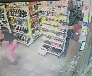 【動画】店に武装強盗が現れるが店員が気づき至近距離で銃撃戦になる