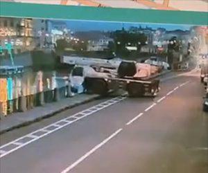 【動画】サイドブレーキを忘れたクレーン車が柵を壊し川に突っ込んでしまう衝撃事故映像