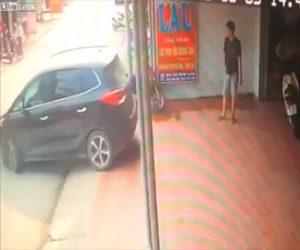 【動画】駐車する車を誘導する男性に悲劇が…