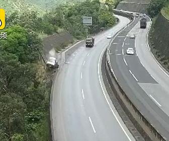 【動画】高速道路でコントロールを失った車が崖から転落。後続のトラックは驚いてフェンスに激突