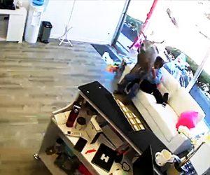 【動画】窓ガラスを突き破り美容室にシカが飛び込んでくる衝撃映像