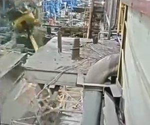 【動画】冶金工場でクレーンのケーブルが切れ作業員が落下してしまう衝撃事故映像