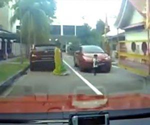 【動画】車の脇から車道に飛び出した少年が車に轢かれてしまうが…