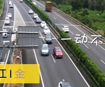【動画】女性ドライバーが高速道路で5分間停車、バックして出口に戻る衝撃映像