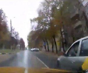 【動画】対向車線にはみ出し前の車を追い越そうとするが脇から車が出てきて…