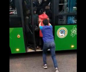 【動画】人が入りきれない満員のバスに乗り込む男性が凄すぎる衝撃映像