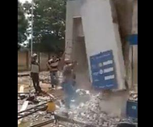 【動画】ハンマーで建物を解体している男性に悲劇が…