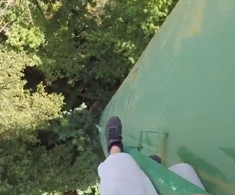 【動画】命綱なしで高さ60mの給水塔よじ登るクレイジー男