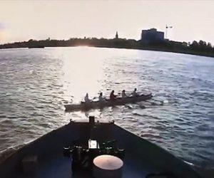 【動画】必死に漕ぐ手漕ぎボートが巨大な貨物船に激突してしまう衝撃映像