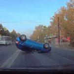 【動画】無理に合流してきた車に激突し車が横転してしまう衝撃事故映像