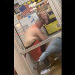 【動画】店の入口で白人巨漢男性に2人の黒人男が殴りかかり、白人男性が血まみれになってしまう衝撃映像