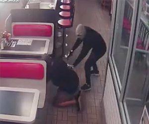 【動画】レストランに3人の武装強盗が現れ客の携帯電話や財布を奪い逃走する衝撃映像