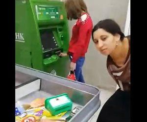 【動画】万引きした女が従業員に見つかり、スカートの中から次々と商品が出てくる衝撃映像